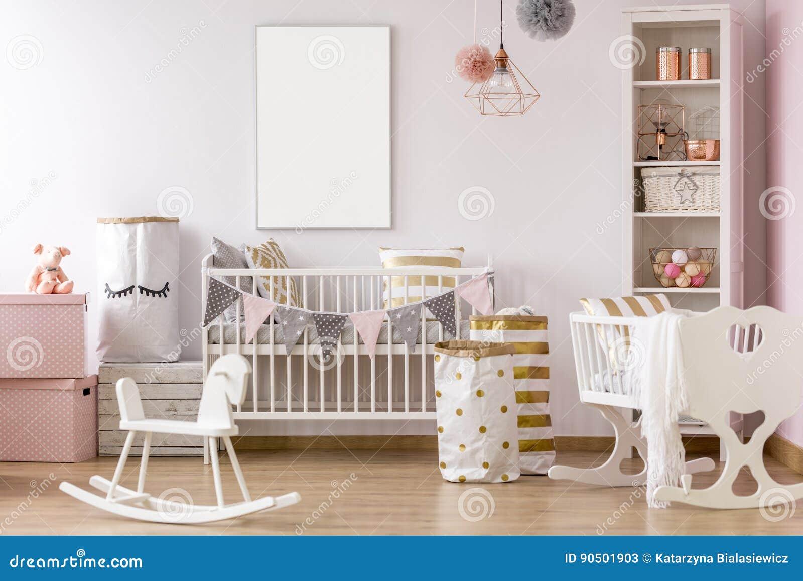 Sala branca e cor-de-rosa do bebê