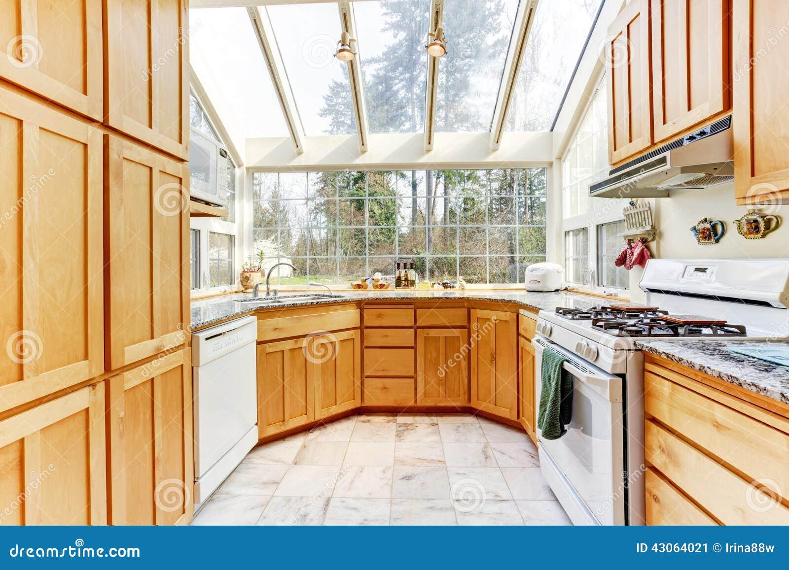 Sala brilhante da cozinha com parede de vidro e teto foto - Techos de cristal para casas ...