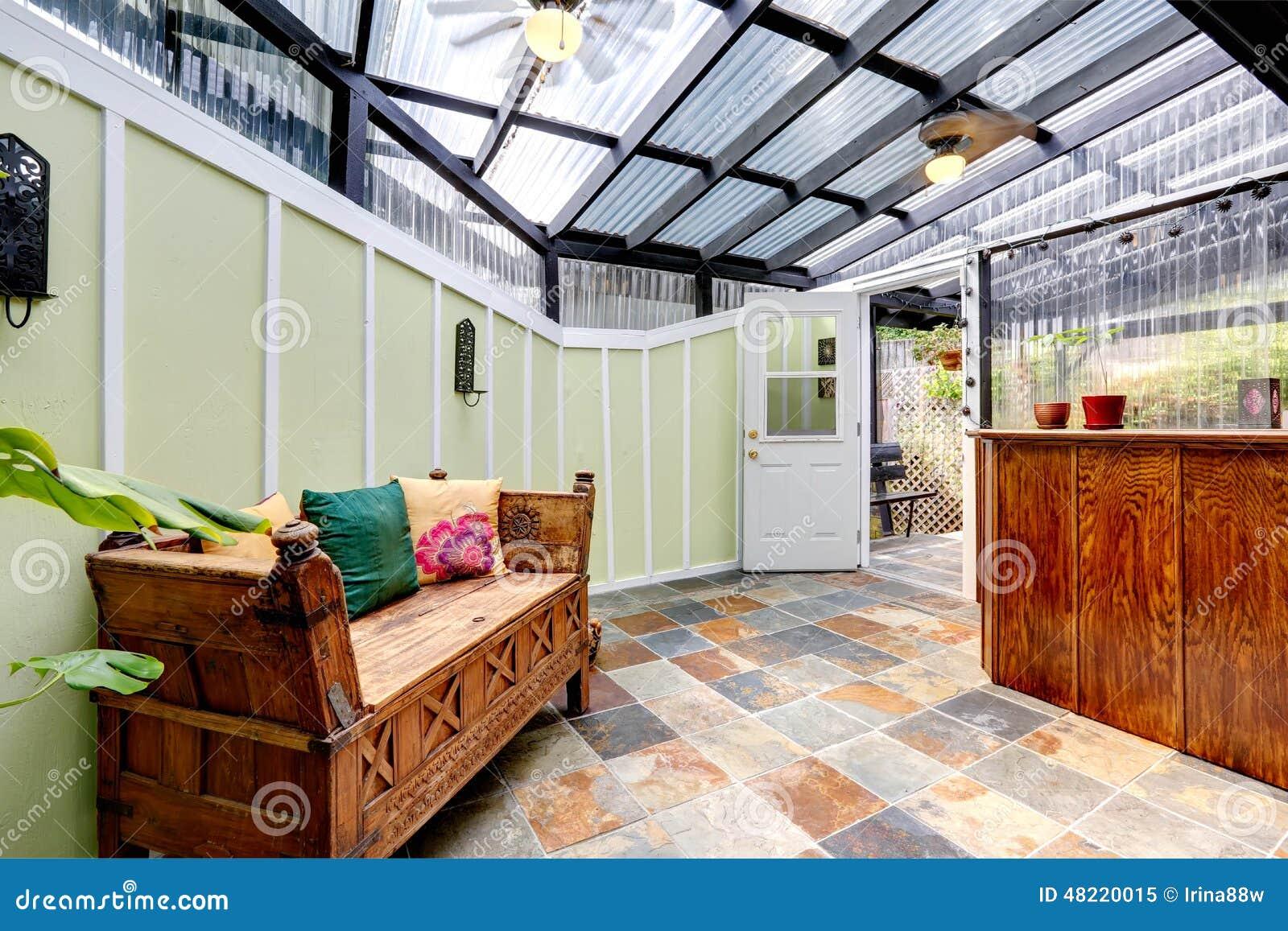 de telha Sala fornecida com o banco de madeira cinzelado A sala tem a #833612 1300x957