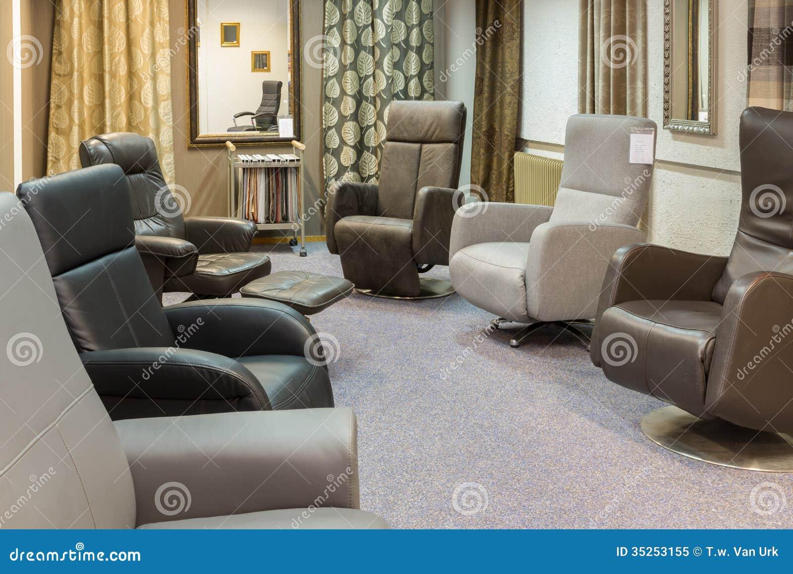 Mobili Di Lusso Moderni : Sala d esposizione del negozio di mobili moderno con le poltrone