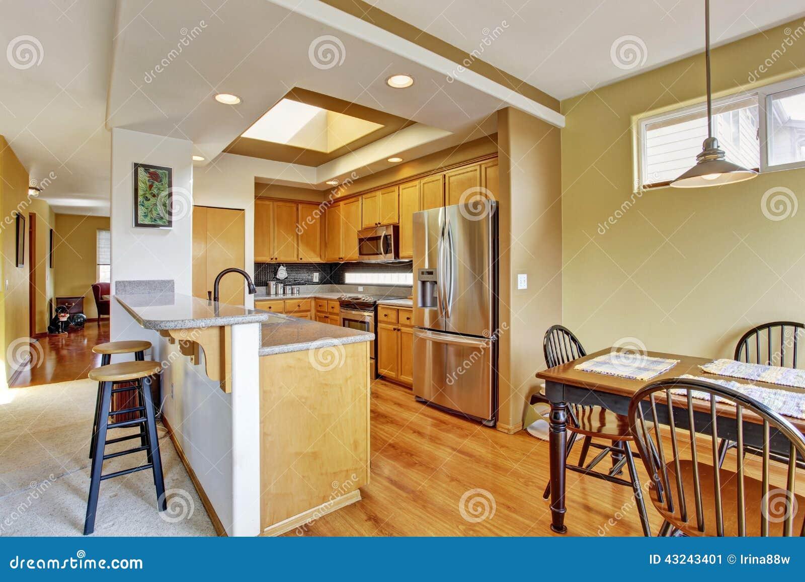 Sala pequena da cozinha com claraboia e grupo de madeira da mesa de  #78411B 1300 957