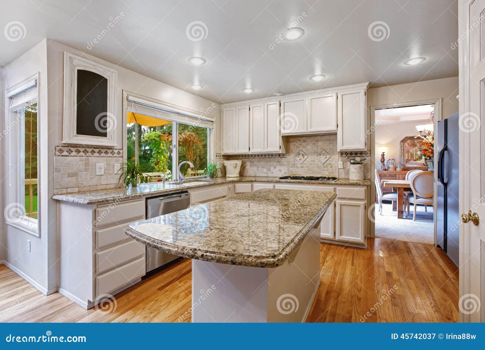 Sala Da Cozinha Com Combina O Branca E Ilha Do Armazenamento Imagem