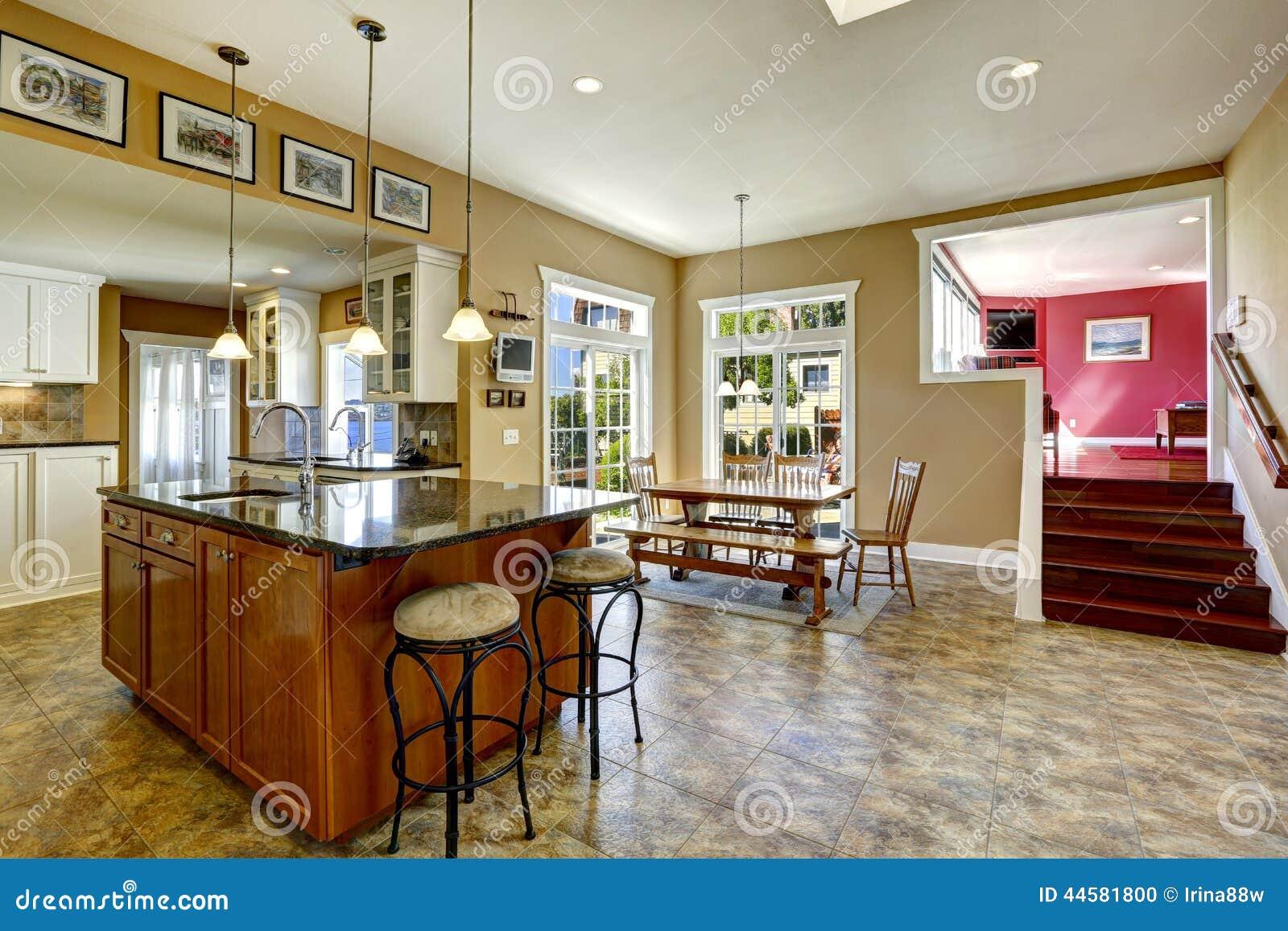 Sala Da Cozinha Com Ilha E Mesa De Jantar De Cozinha Stock Images