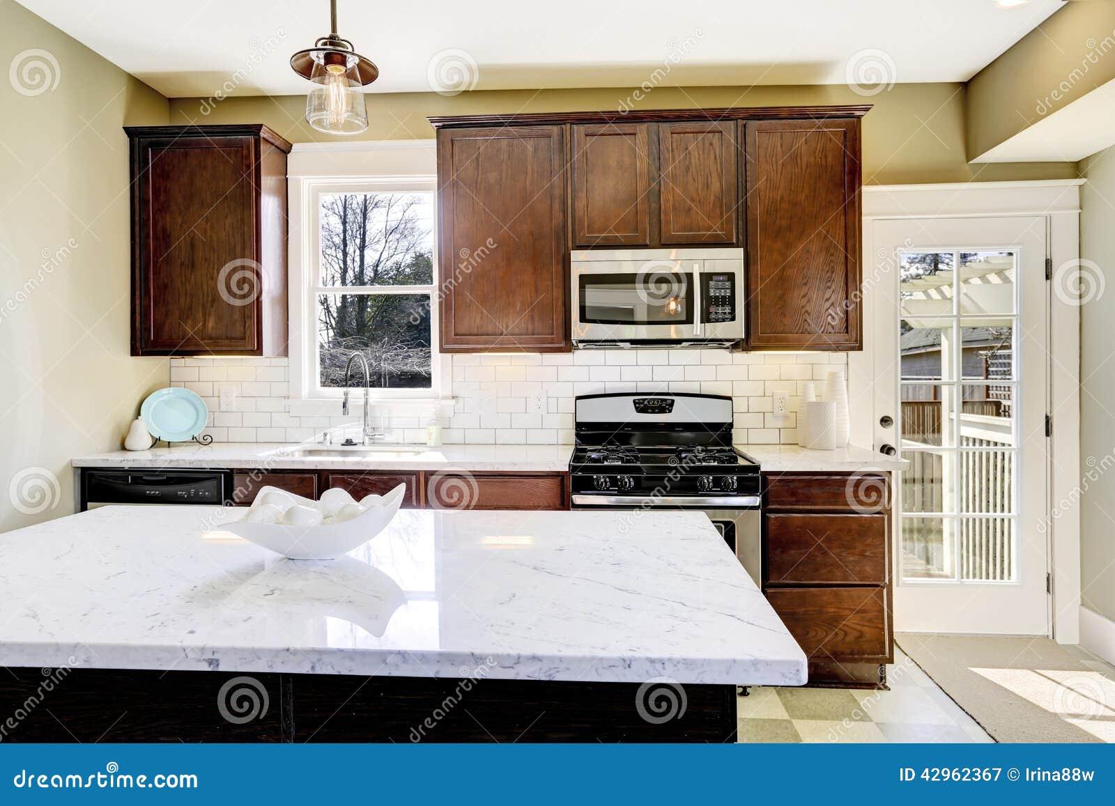 Sala Da Cozinha Com A Ilha Superior De M Rmore Imagem De Stock