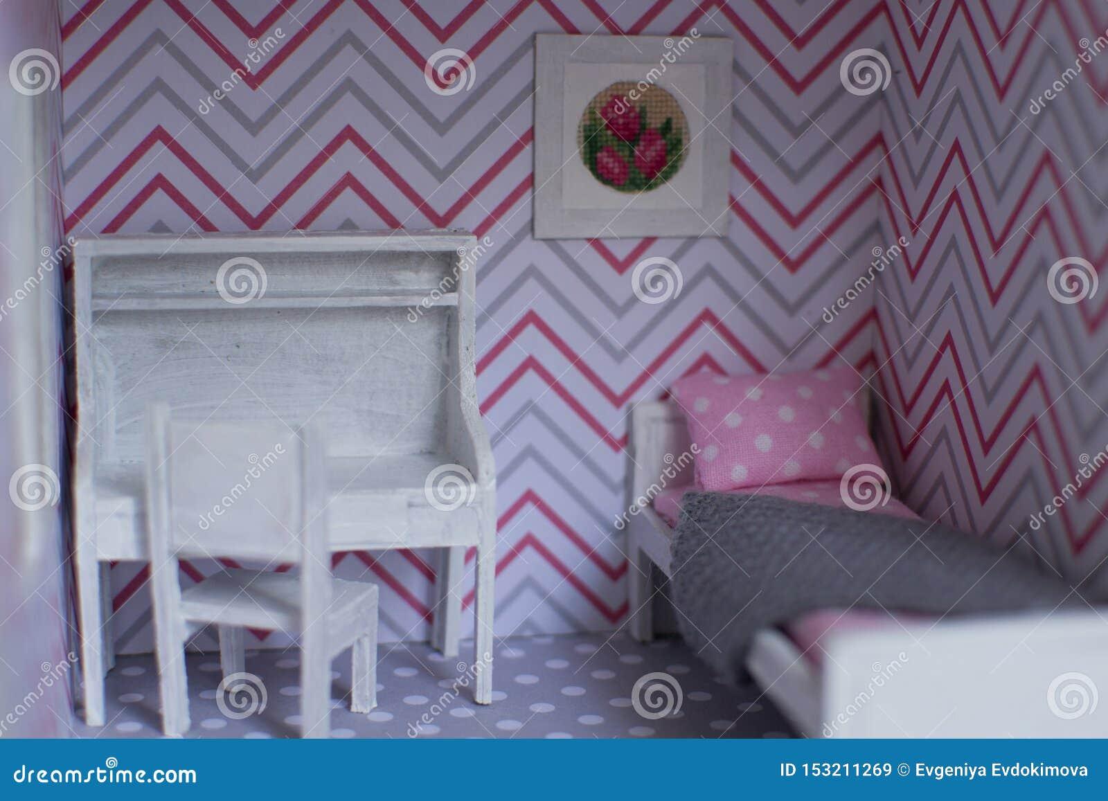 A sala da menina de Roombox em uma escala menor