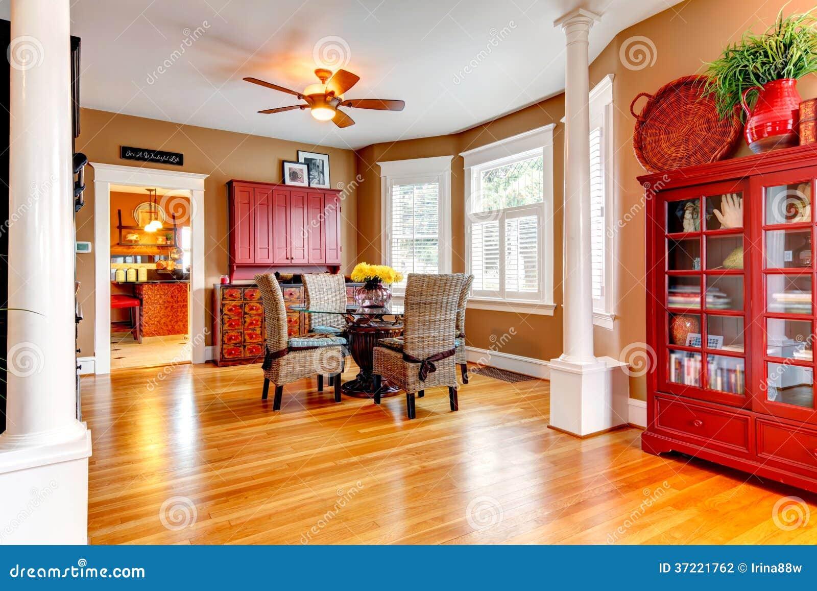 Sala Da Pranzo Rustica : Sala da pranzo affascinante con il tavolo da pranzo di vetro e la