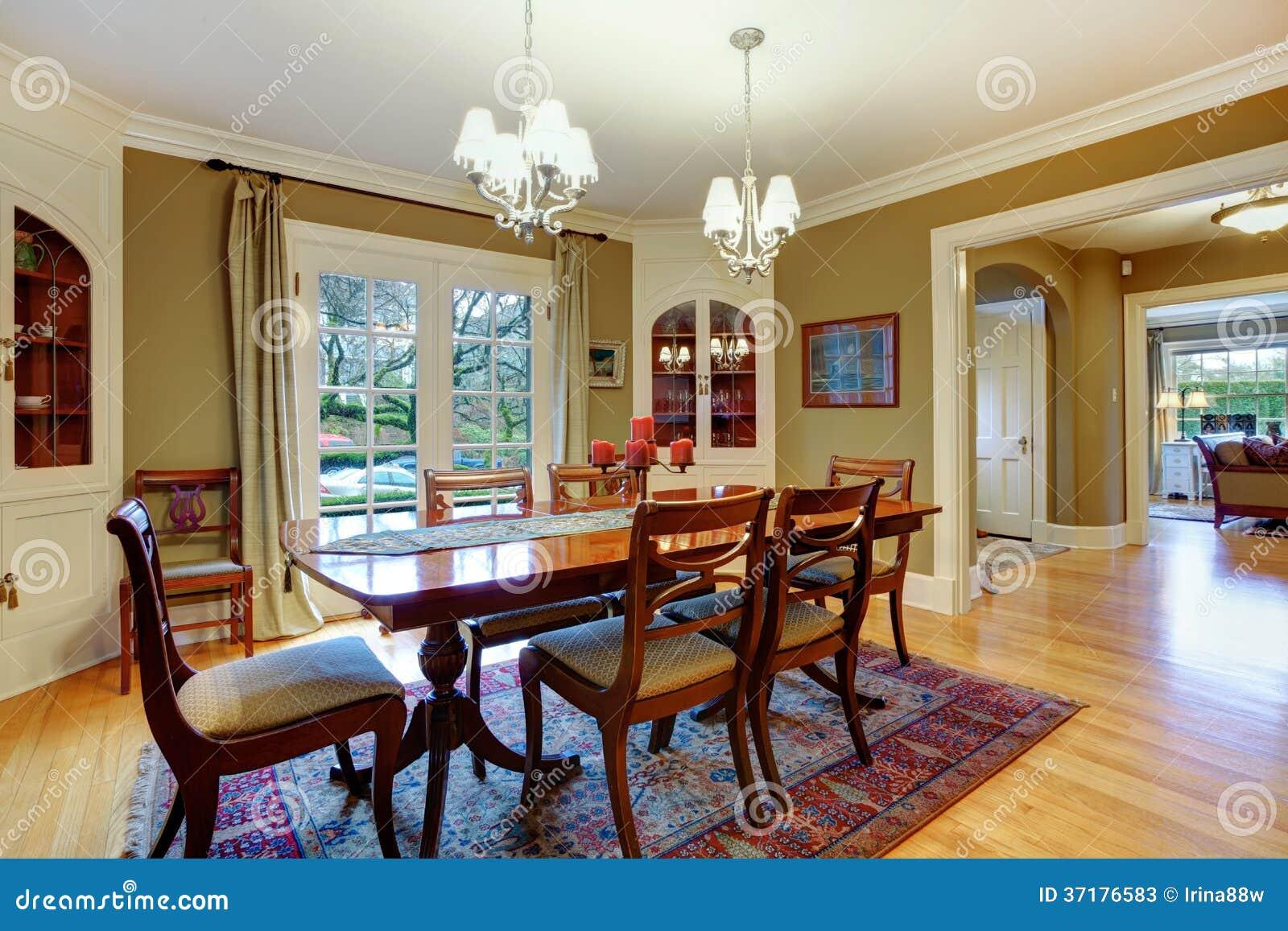 Sala da pranzo ammobiliata elegante con il se rustico di legno del tavolo da pranzo fotografie - Casa ammobiliata ...