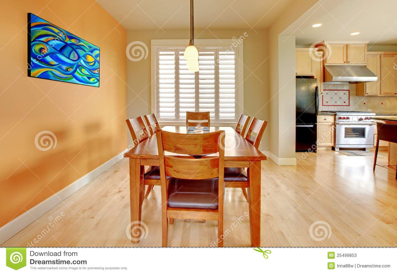 Sala da pranzo arancione con il pavimento e la cucina di for Cucina con sala da pranzo