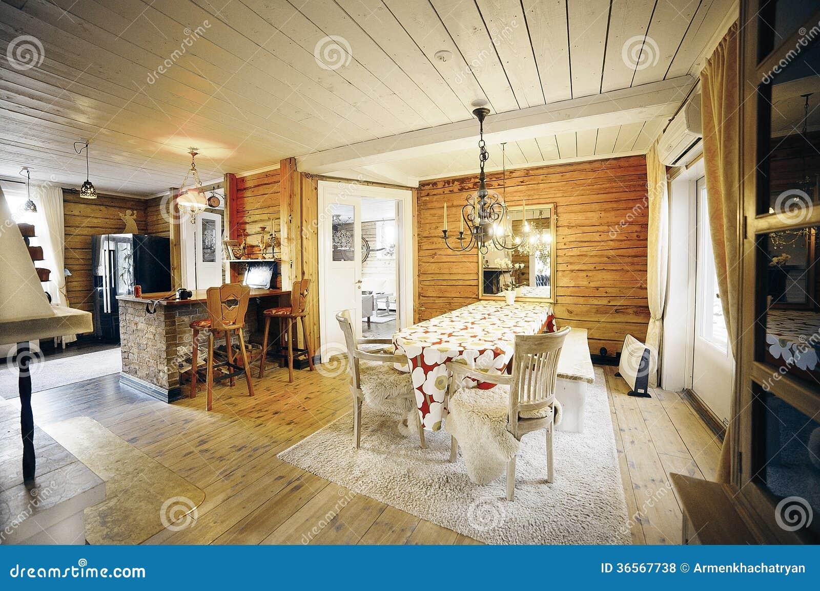 Sala da pranzo in casa di legno classica fotografia stock - Casa di legno abitabile ...