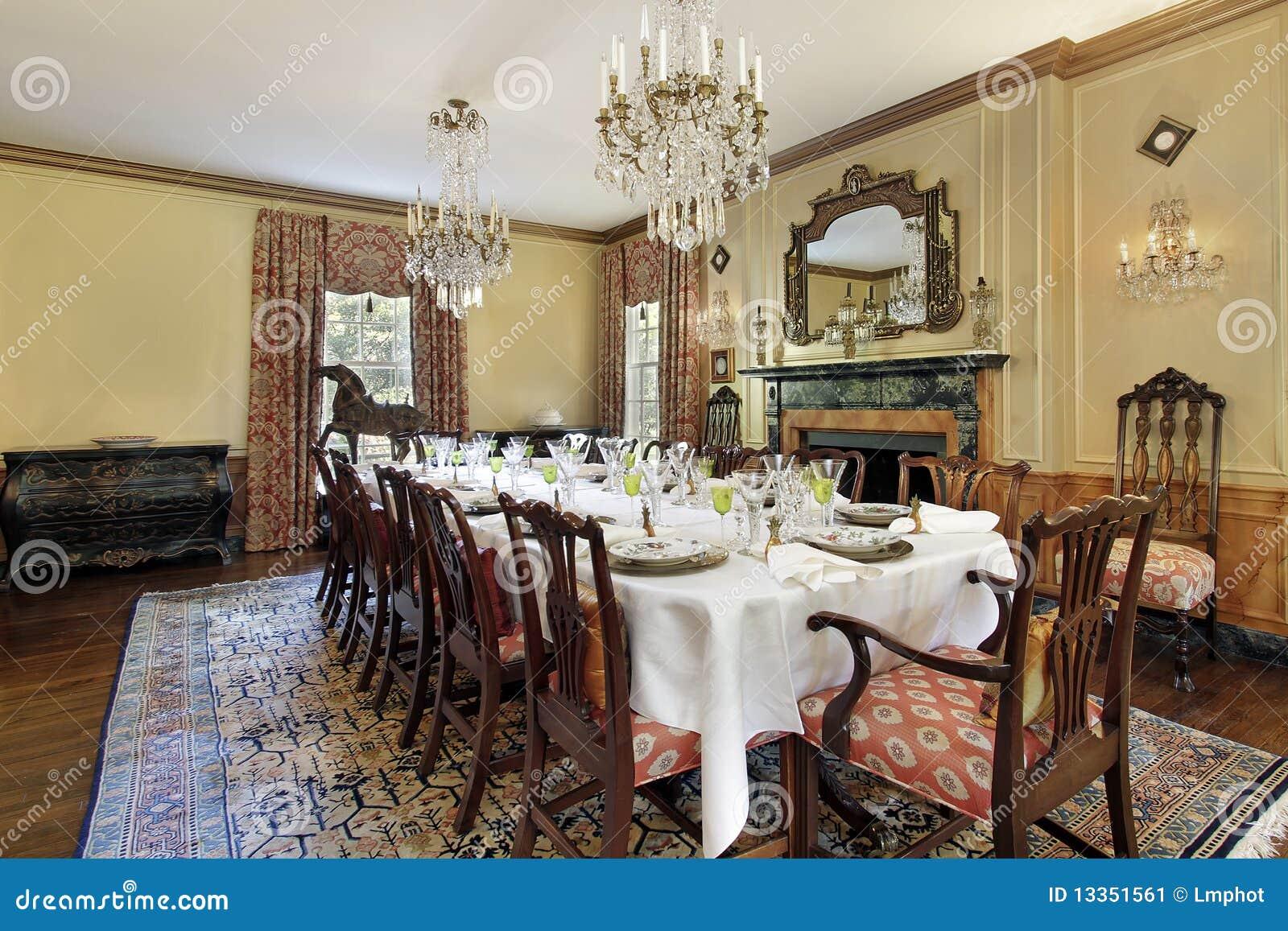 Sala da pranzo con il camino immagine stock immagine di for Sala da pranzo versace