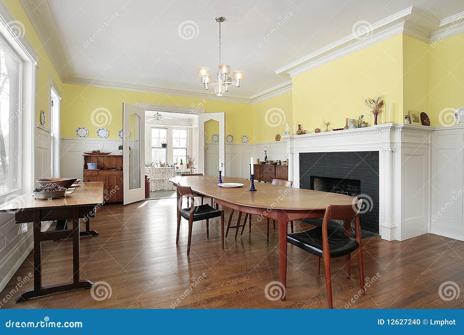 sala da pranzo con il camino nero fotografia stock