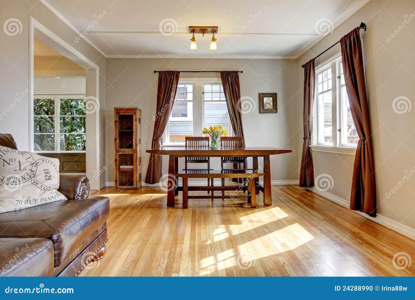 Sala da pranzo con il pavimento marrone di legno duro e - Tende sala moderna ...