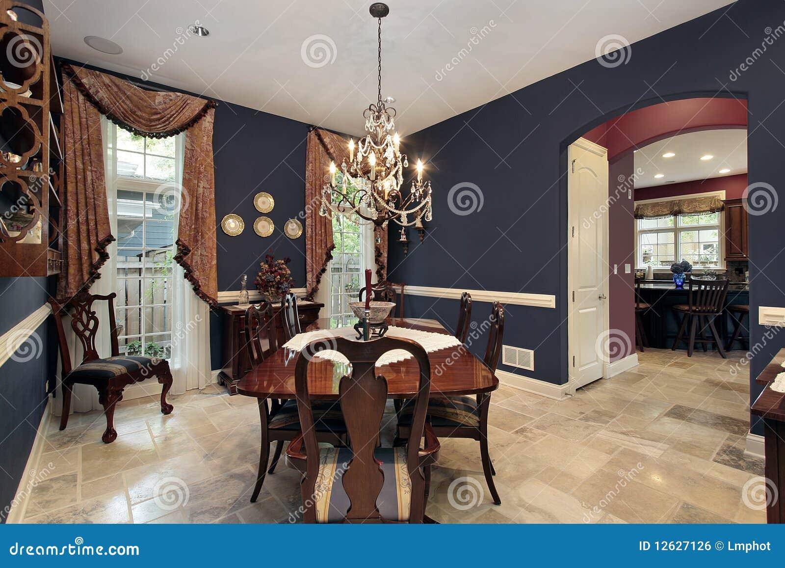 Sala da pranzo con l 39 entrata dell 39 arco fotografia stock for Sala pranzo con caminetto