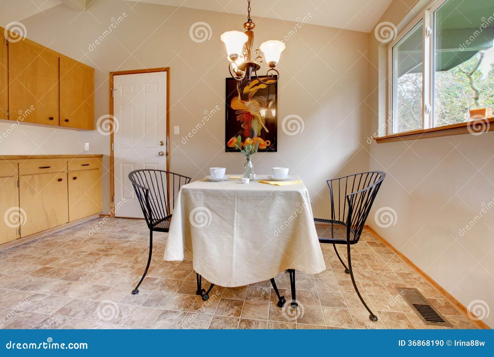 Sala da pranzo con l 39 insieme del tavolo da cucina del for Cucina con sala da pranzo