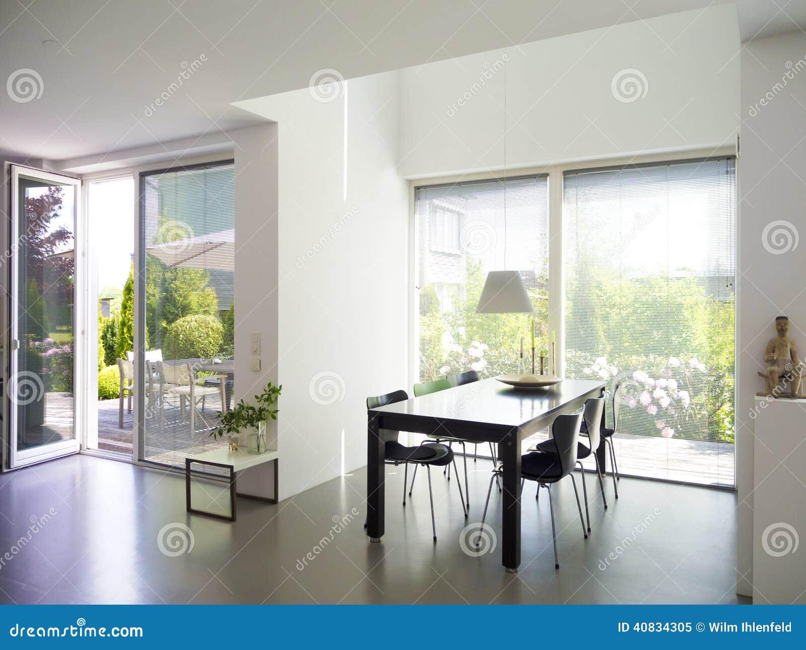 Sala Da Pranzo Con Le Finestre Francesi Immagine Stock - Immagine di ...