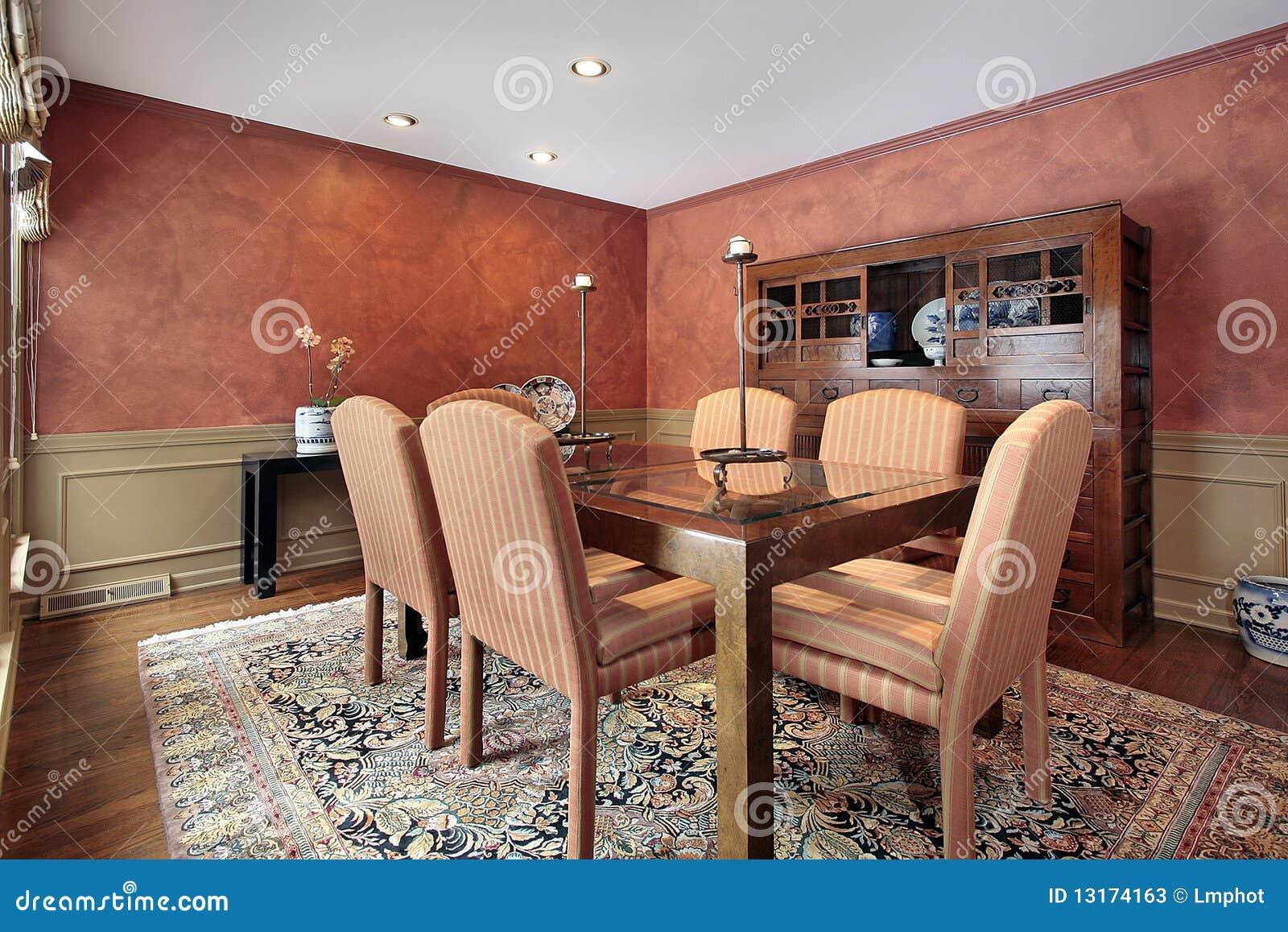 sala da pranzo con le pareti arancioni immagine stock