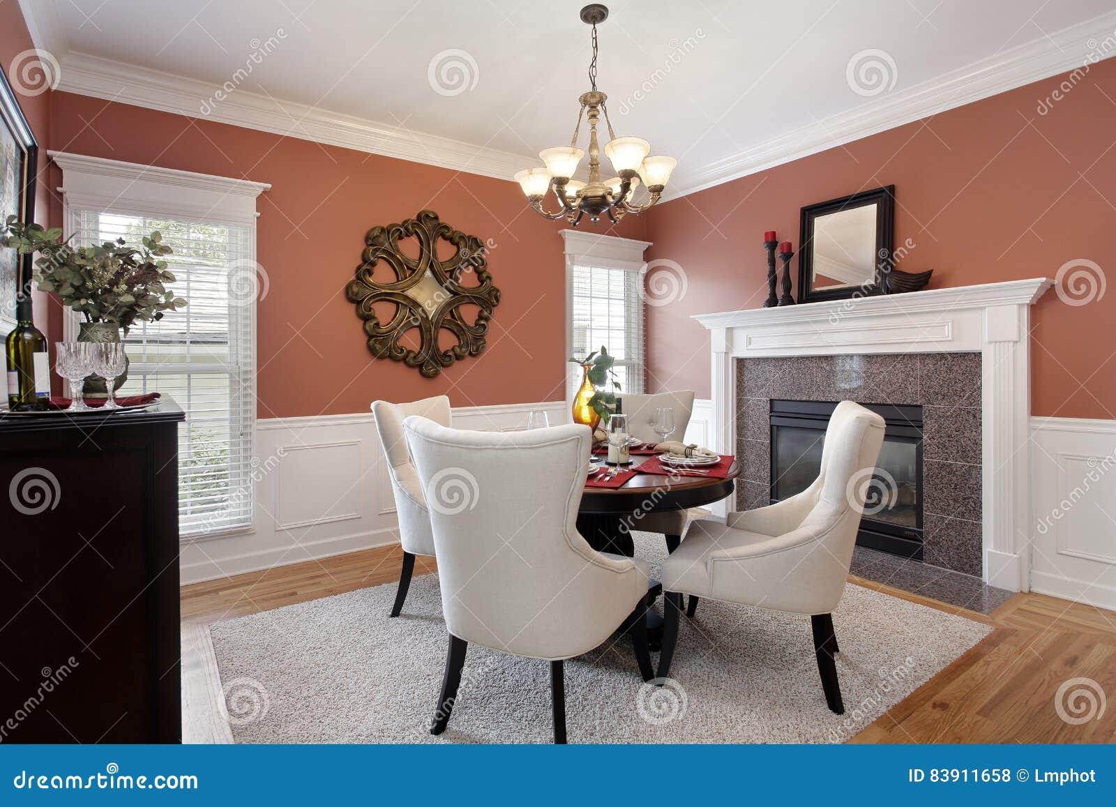 Sala da pranzo con le pareti arancioni fotografia stock for Pareti sala da pranzo
