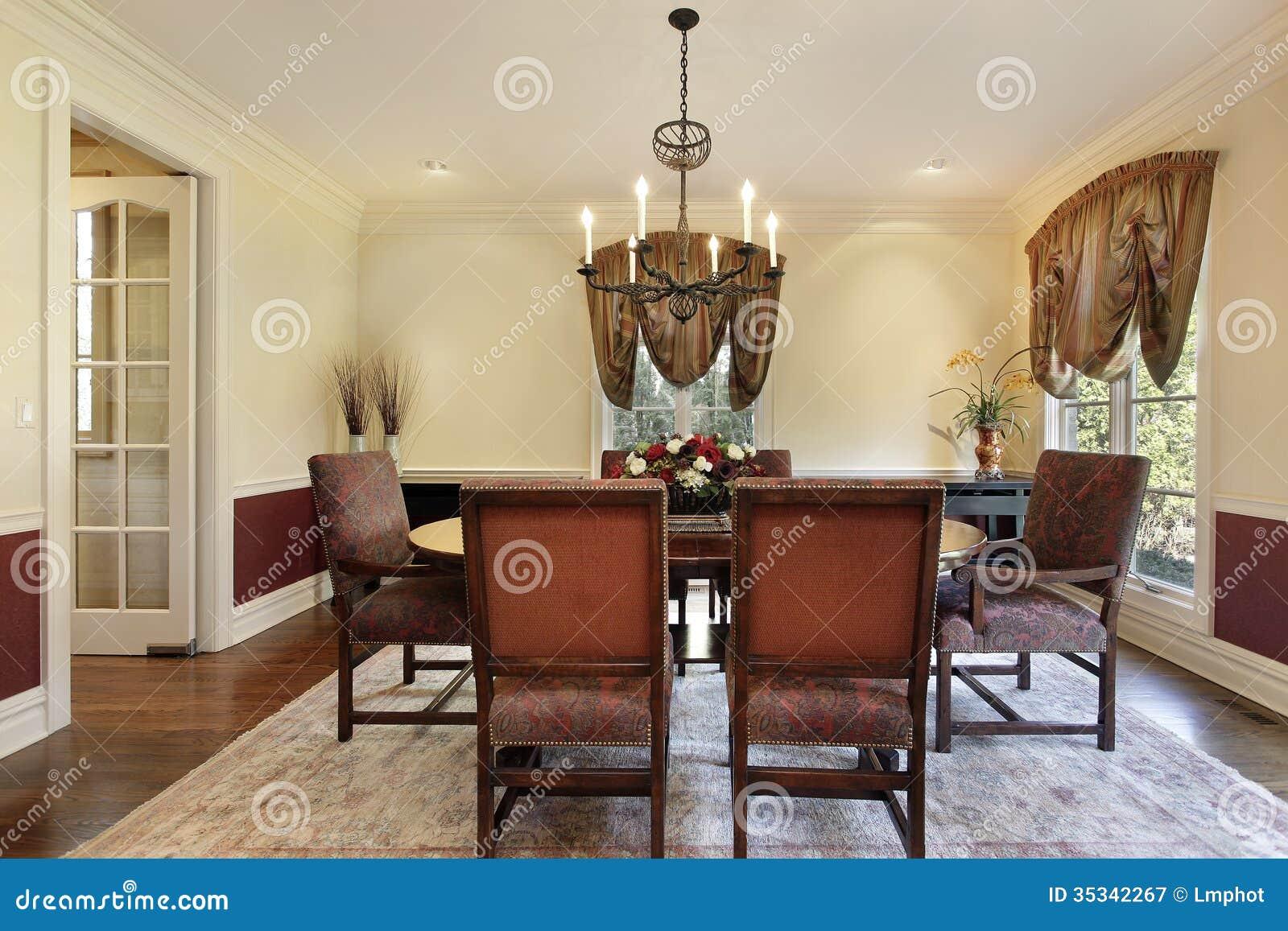 sala da pranzo con le pareti color crema immagine stock