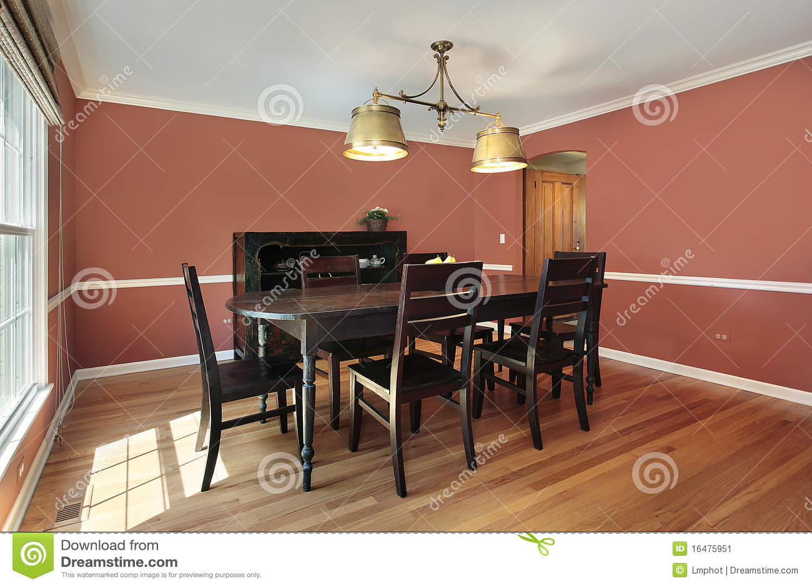 Sala Da Pranzo Con Le Pareti Colorate Salmoni Immagine Stock - Immagine: 16475951