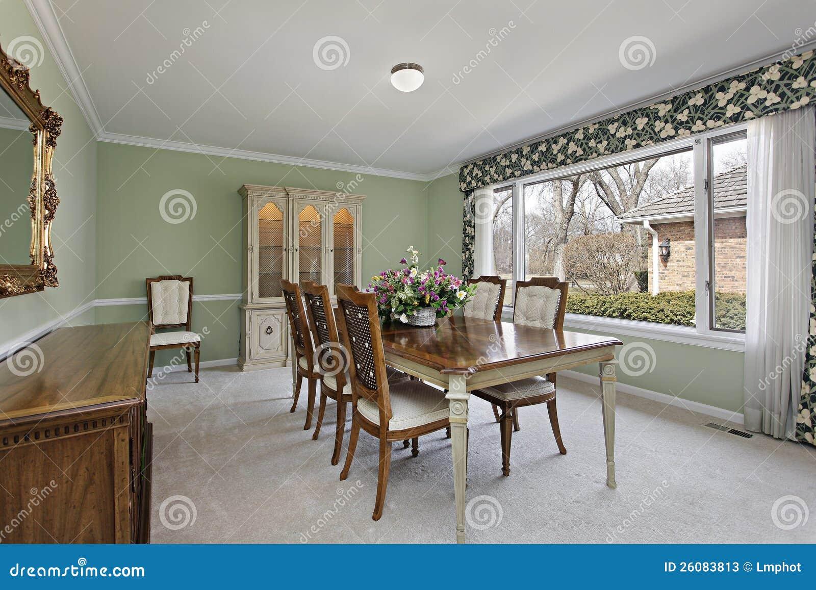 Sala da pranzo con le pareti di verde di calce immagine for Sala pranzo con caminetto