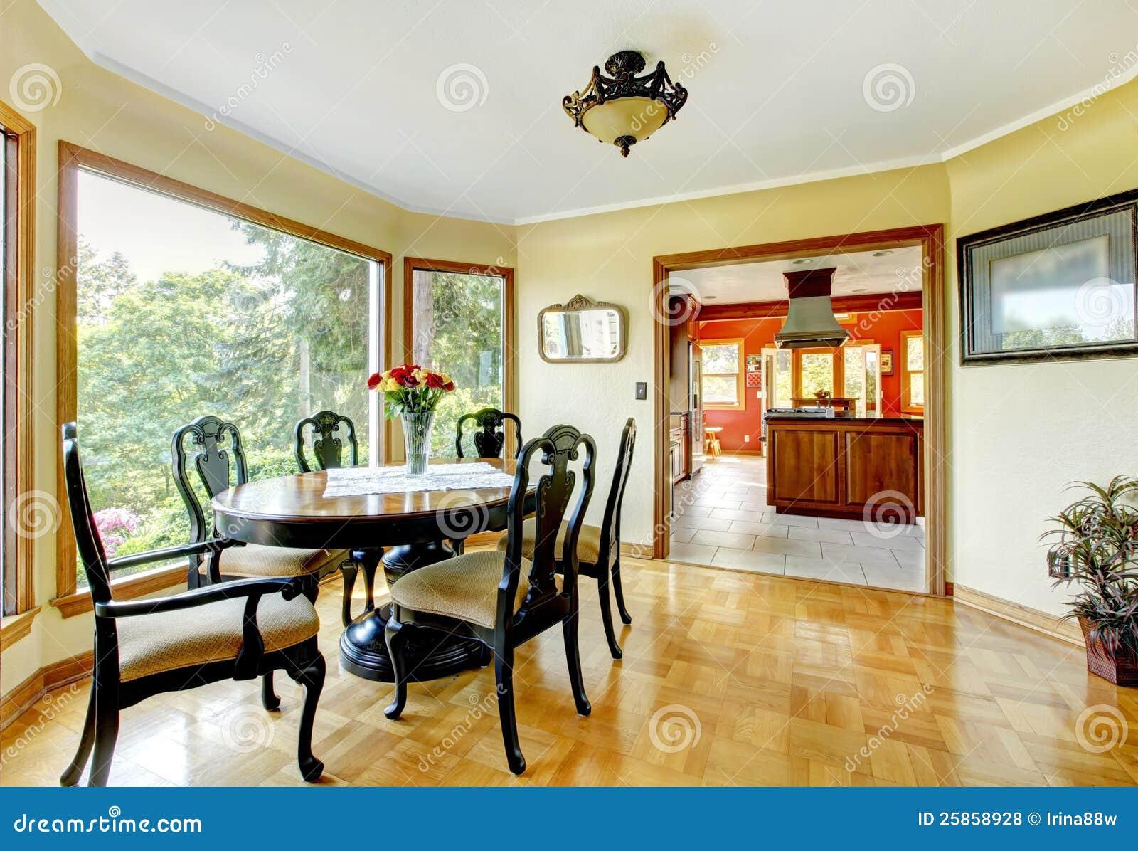 Sala da pranzo con le pareti gialle fotografia stock for Sala pranzo con caminetto
