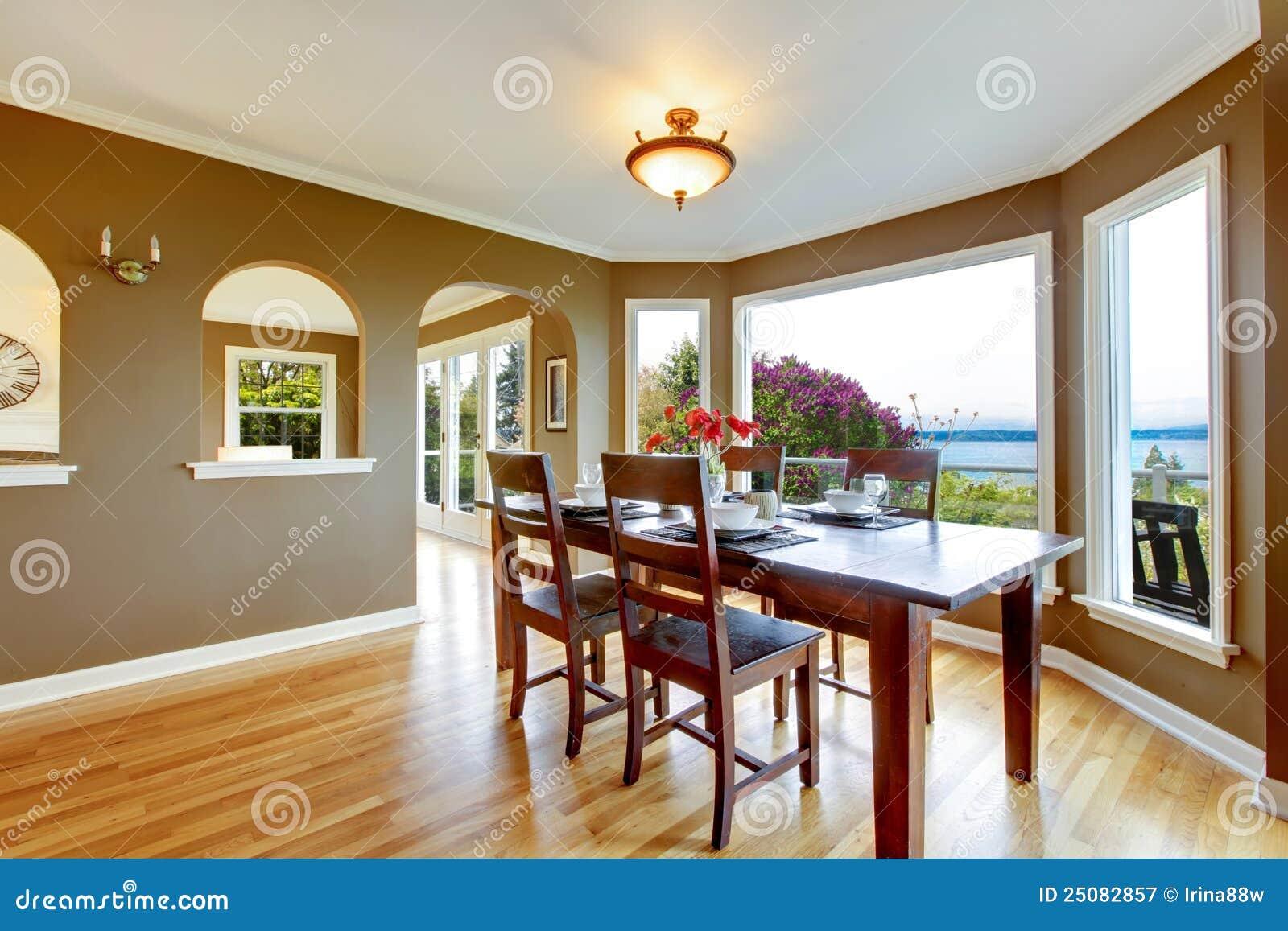 Sala da pranzo con le pareti marroni e la tabella di legno for Sala pranzo con caminetto