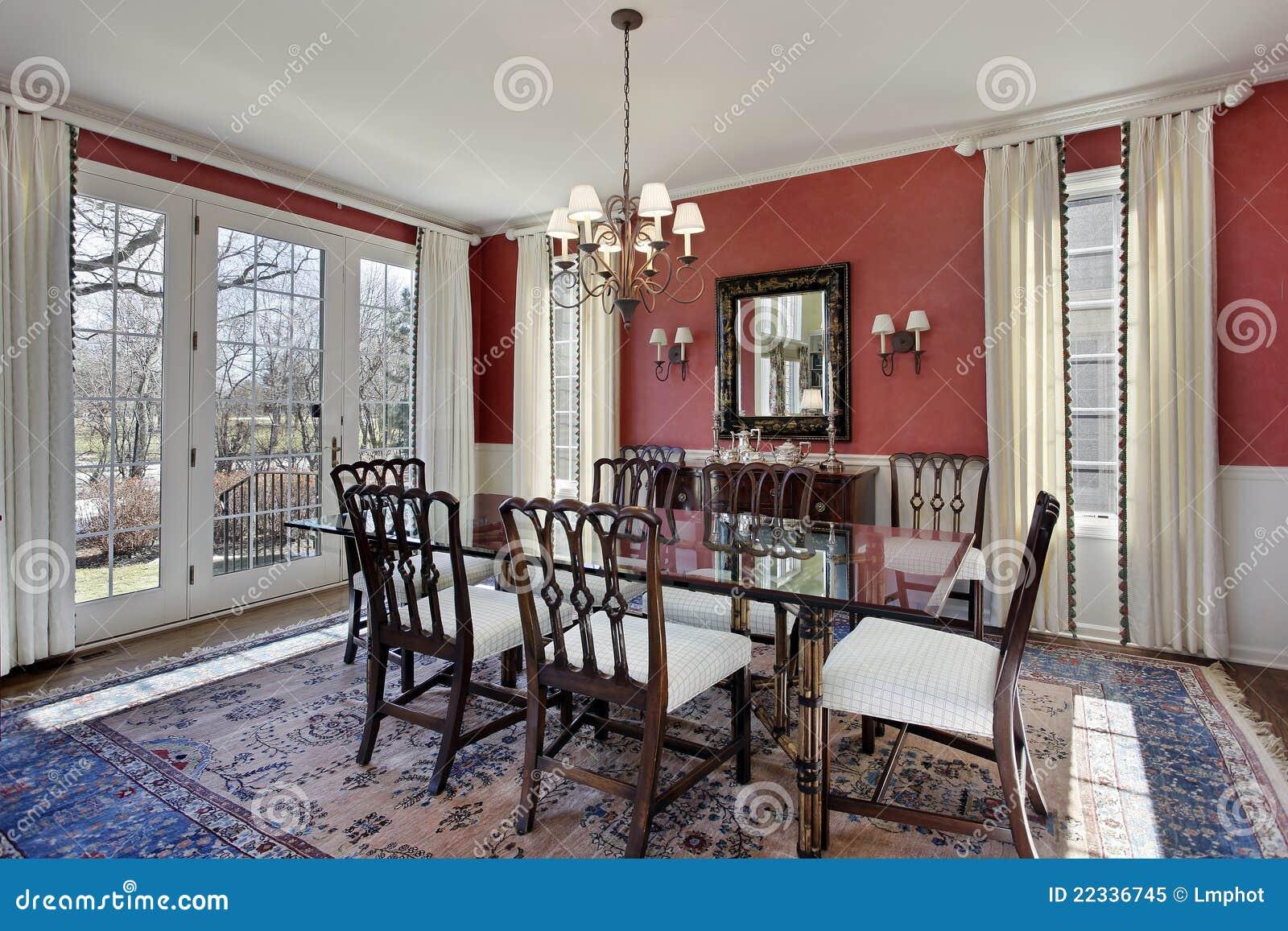 Sala da pranzo con le pareti rosse immagine stock for Sala pranzo con caminetto