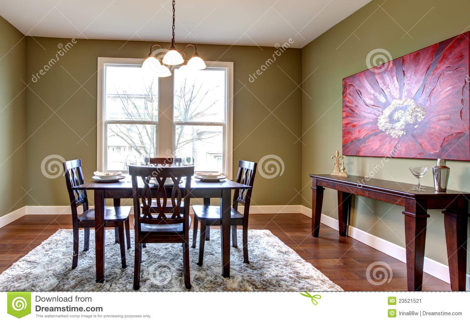 sala da pranzo con le pareti verdi e la pittura rossa