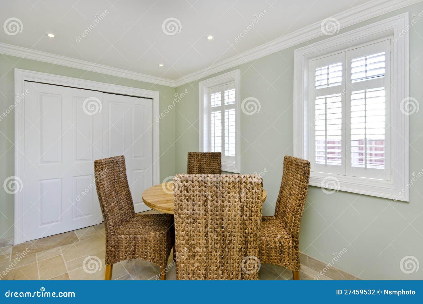 Sala da pranzo con le sedie di legno del rattan e della for Sala da pranzo reale