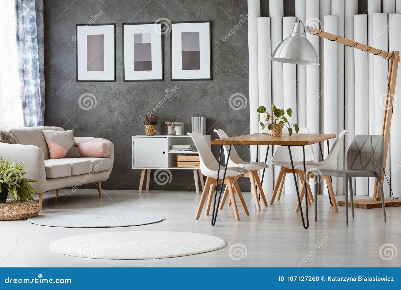 Sedie In Plastica Da Interno.Sala Da Pranzo Con Le Sedie Di Plastica Fotografia Stock Immagine