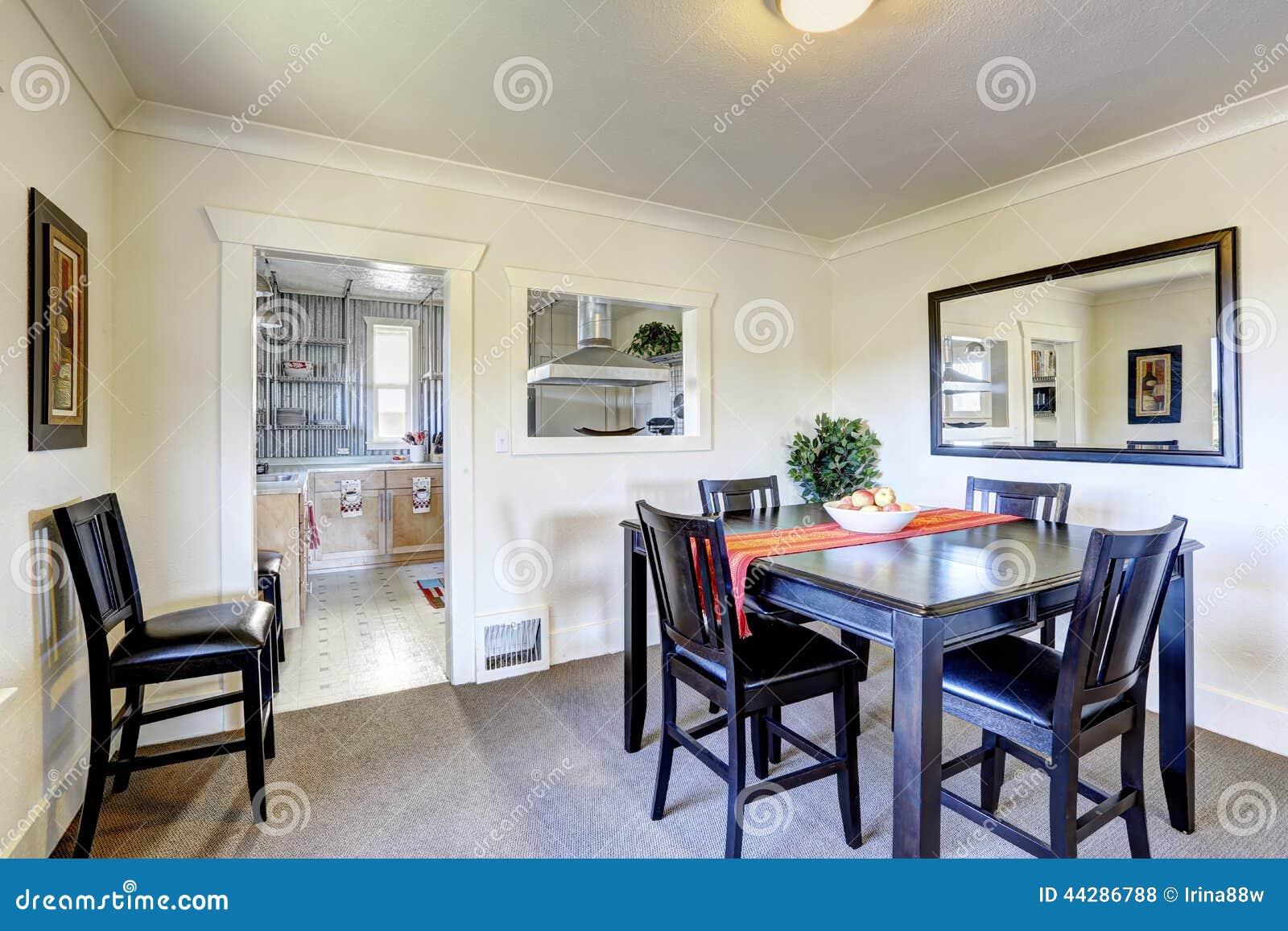 Sala da pranzo con mobilia nera fotografia stock for Sala pranzo con caminetto
