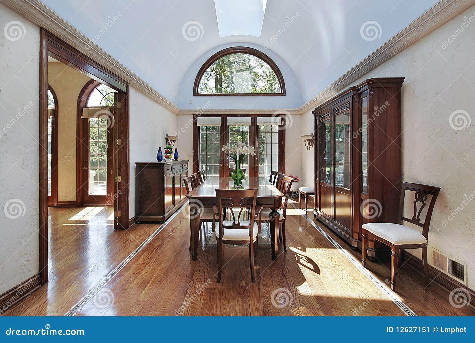 Sala Da Pranzo Elegante Con Le Finestre Di Legno Del Testo Fisso. #694334 1300 957 Sala Da Pranzo Del Convento Nome