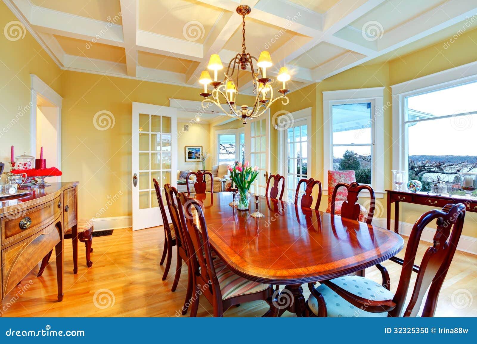 Sala da pranzo di lusso gialla luminosa dorata con mobilia - Sala da pranzo classica ...