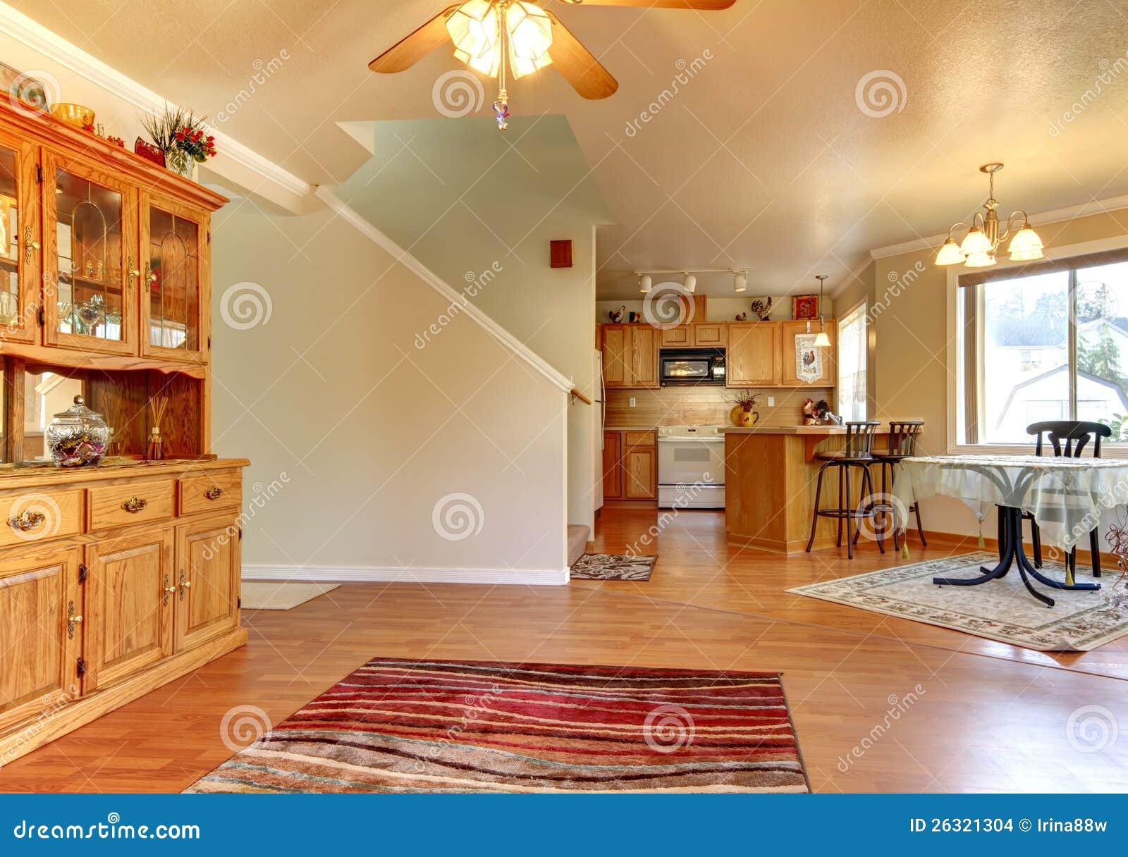 Sala da pranzo e ampia area vicino all 39 interno della casa for Interno della casa