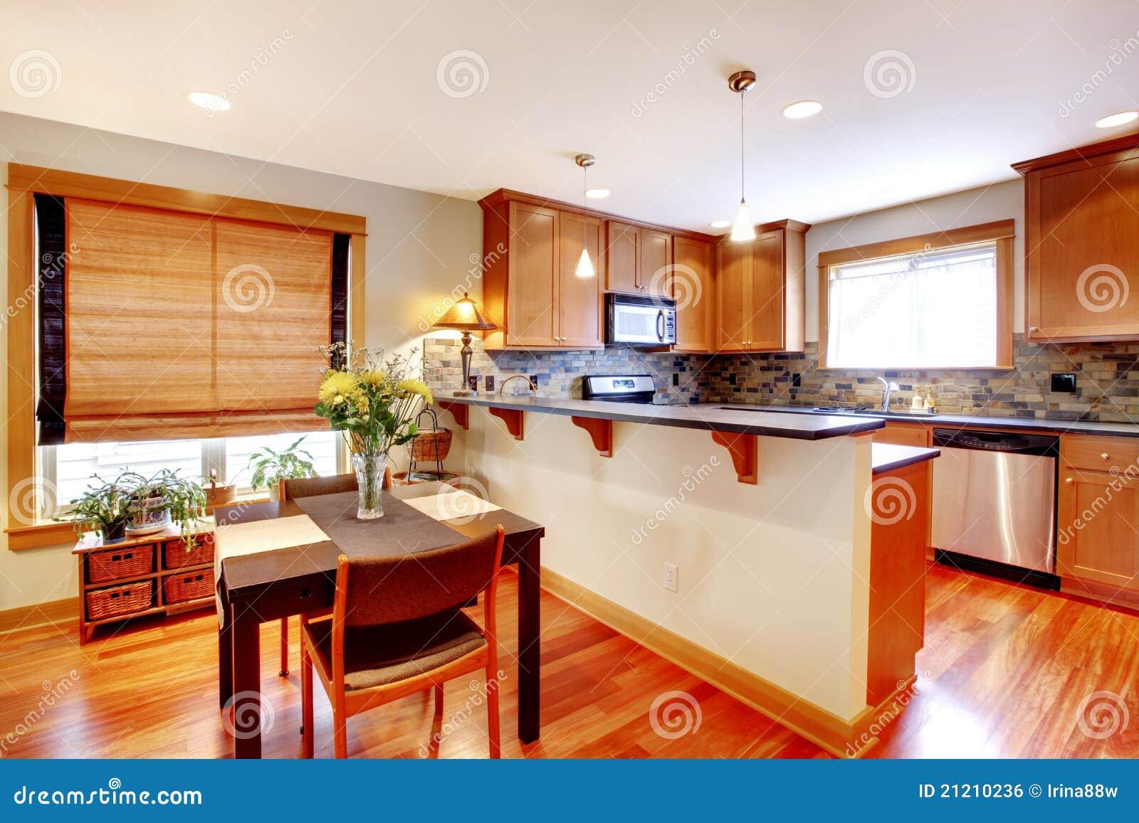 sala da pranzo e cucina con i colori dorati fotografia