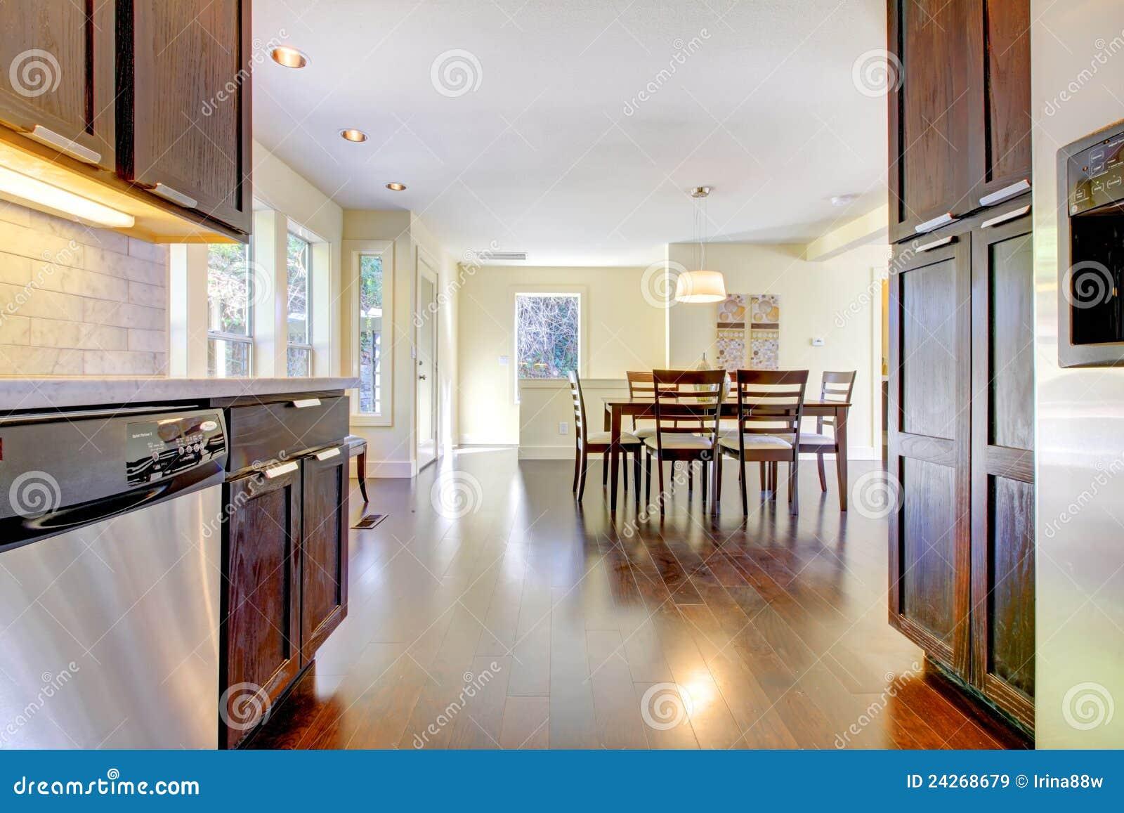 Immagini Stock Libere Da Diritti: Sala Da Pranzo E Cucina Nella Casa  #6F432E 1300 957 Sala Da Pranzo Parquet
