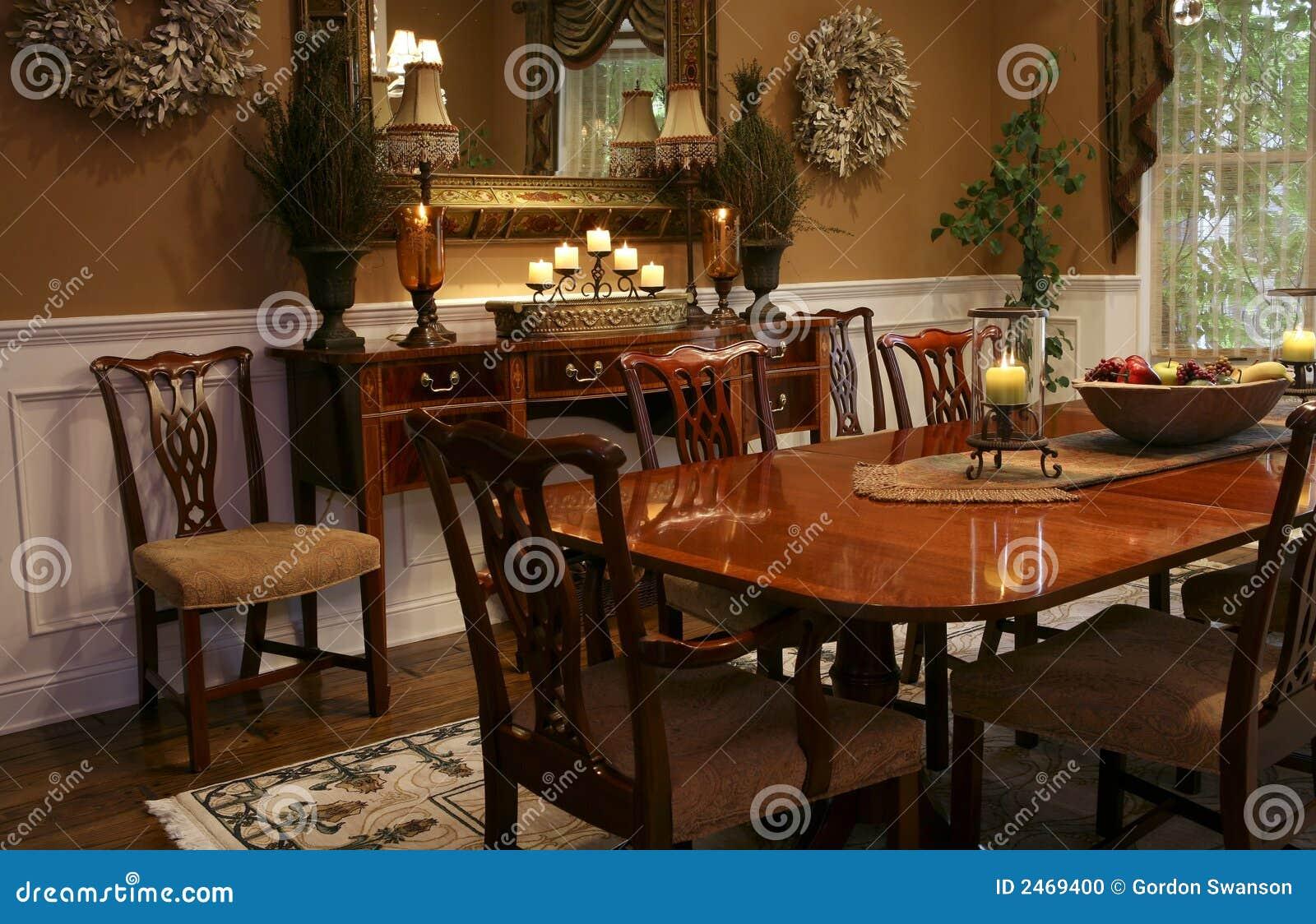Tabella Pranzante Elegante Con Le Candele Ed Il Cestino Di Frutta. #81A229 1300 930 Sala Da Pranzo Rustica