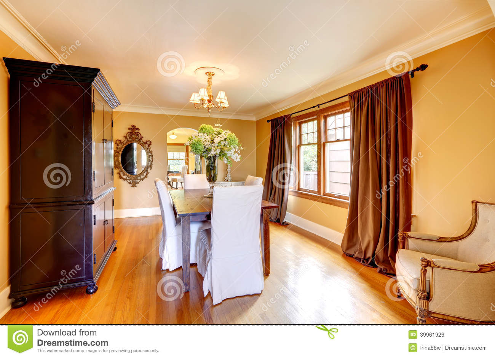Sala Da Pranzo Elegante Con Mobilia Antica Fotografia Stock ...