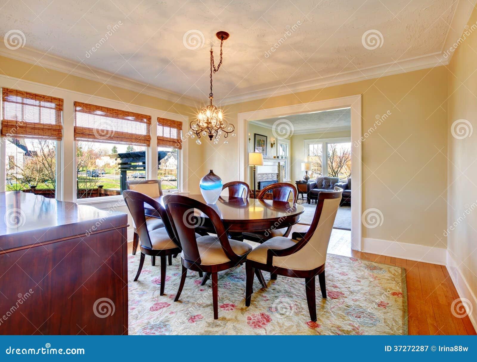 Sala Da Pranzo Elegante Con L'insieme Del Tavolo Da Pranzo Ed Il  #73362A 1300 1005 Sala Da Pranzo Economica