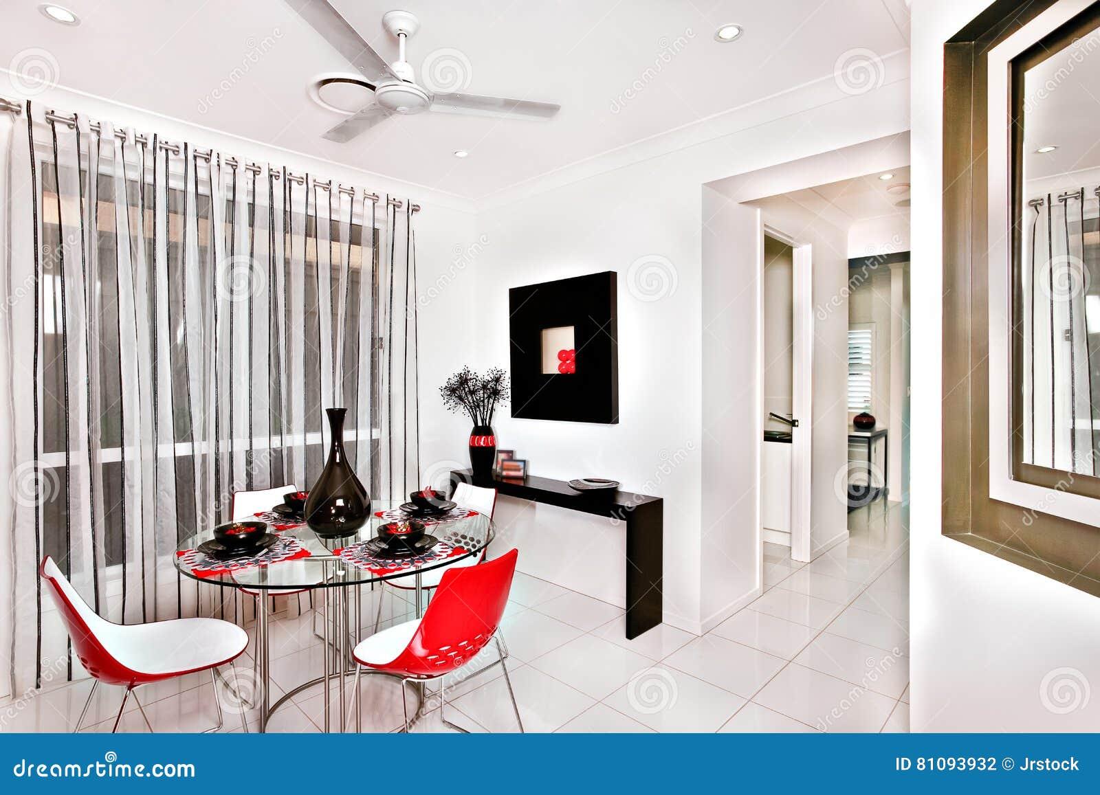 Sala Da Pranzo Moderna Decorata Con Molti Oggetti Operati Nel Luxuri Fotografia Stock Immagine Di Immaginazione Piastre 81093932