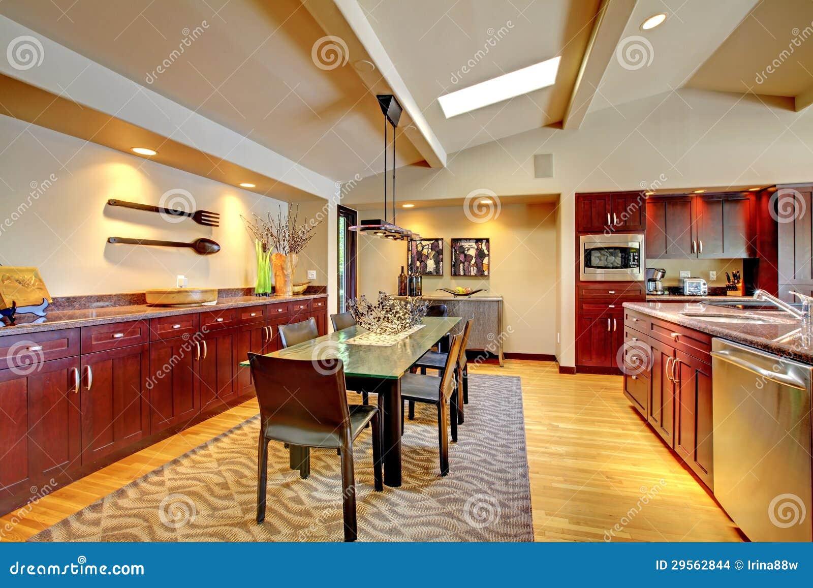 Sala Da Pranzo Moderna Di Lusso Con La Cucina Di Mogano