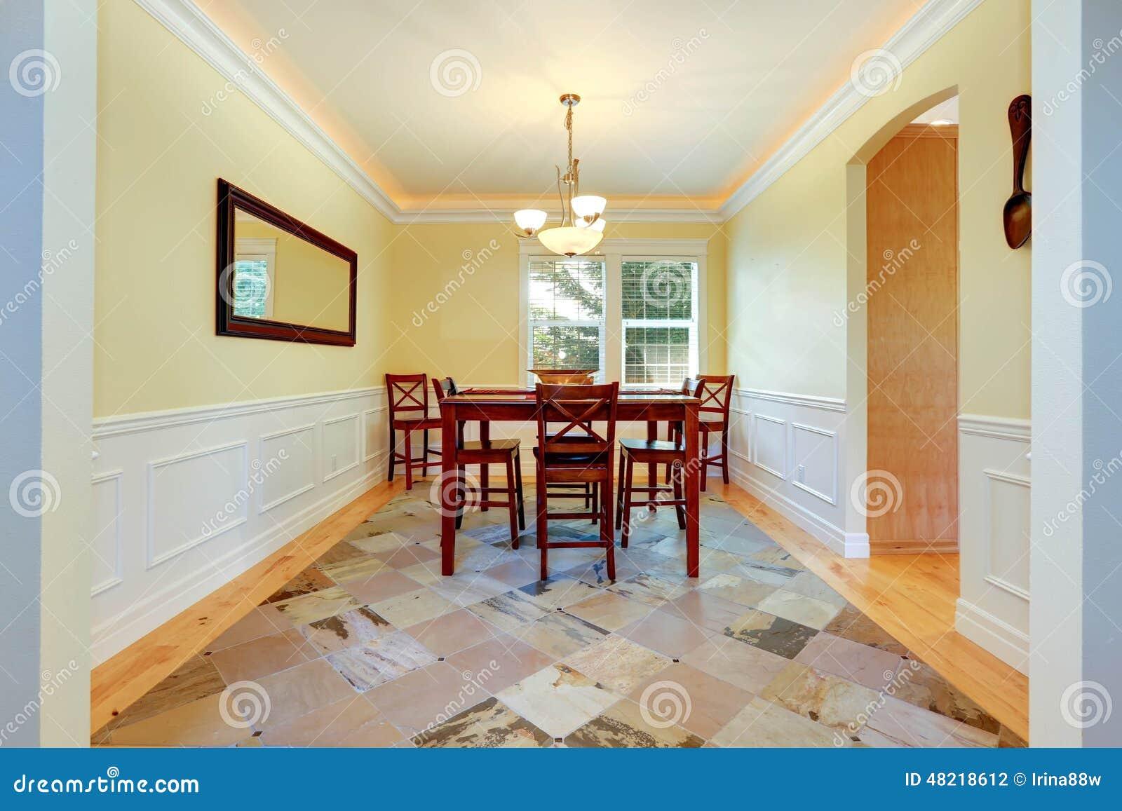 Sala Da Pranzo Nel Colore Dell\'avorio Con Disposizione Bianca ...