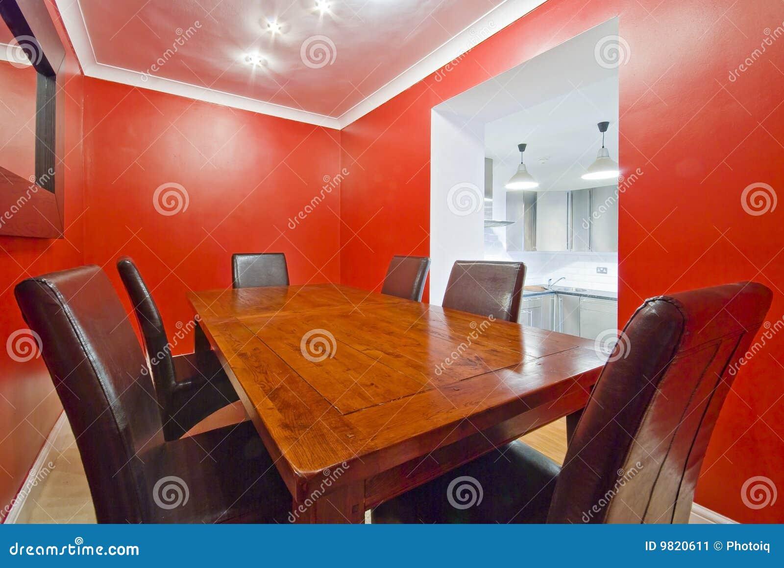 Sala Da Pranzo Nel Colore Rosso Con La Tabella Di Legno Voluminosa. #B83313 1300 960 Sala Da Pranzo Colori Pareti