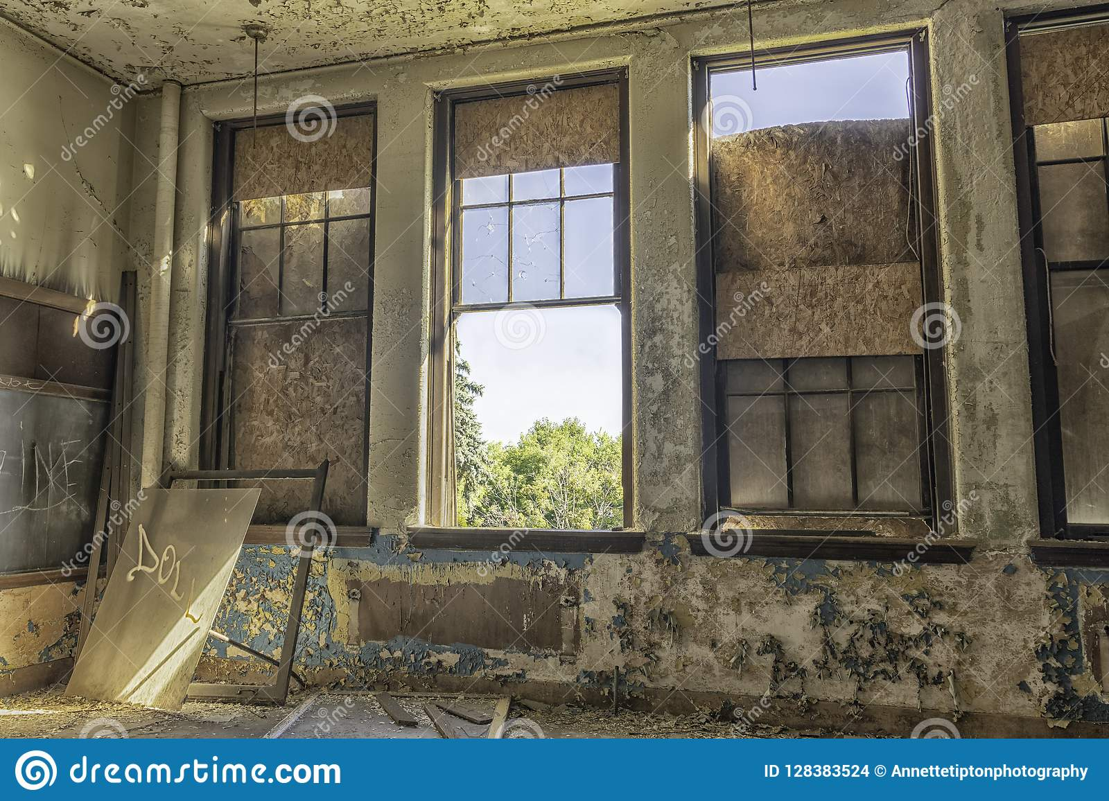 Sala de aula abandonada com grande Windows