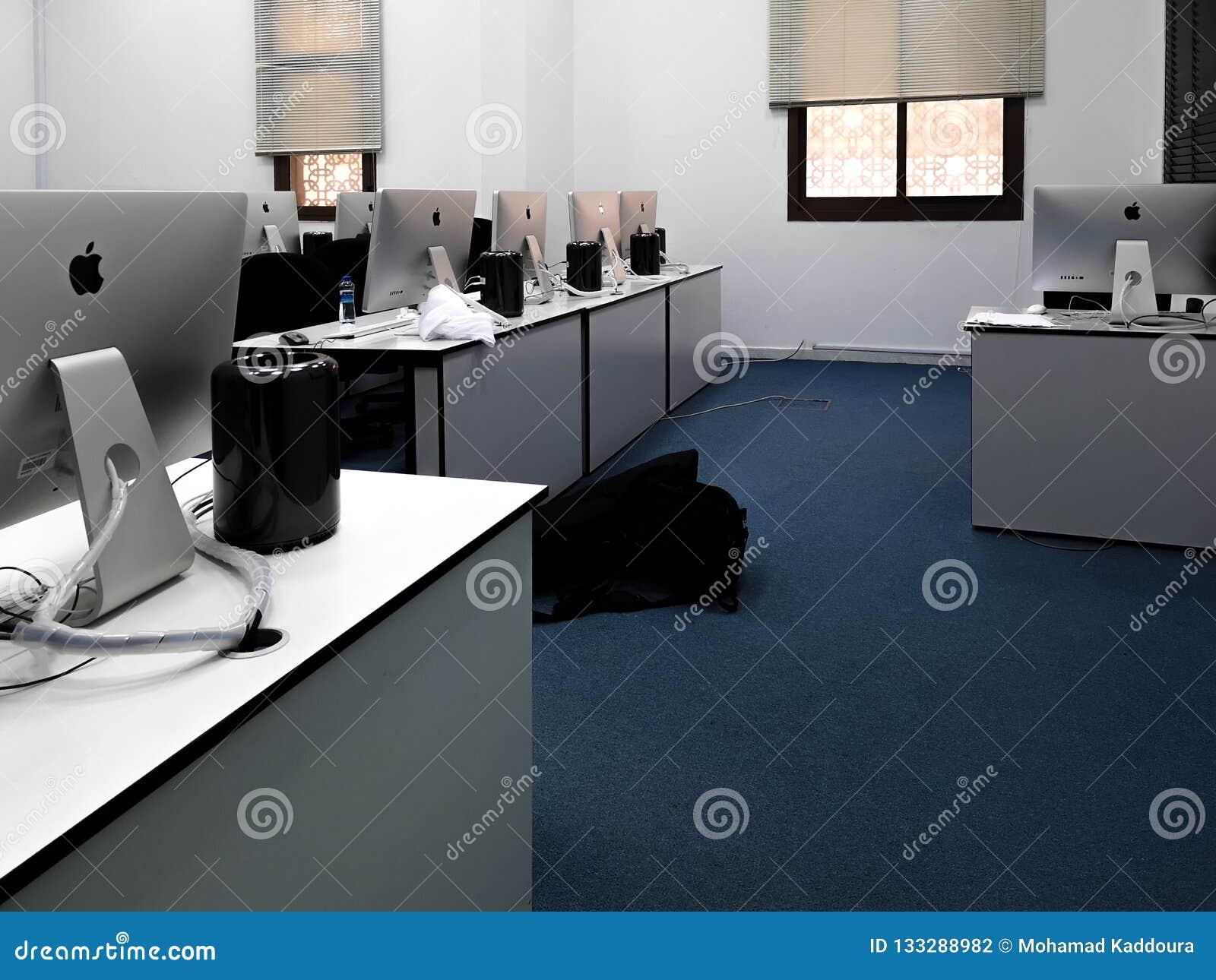 Sala de aula, escritório com os computadores modernos de Apple iMac