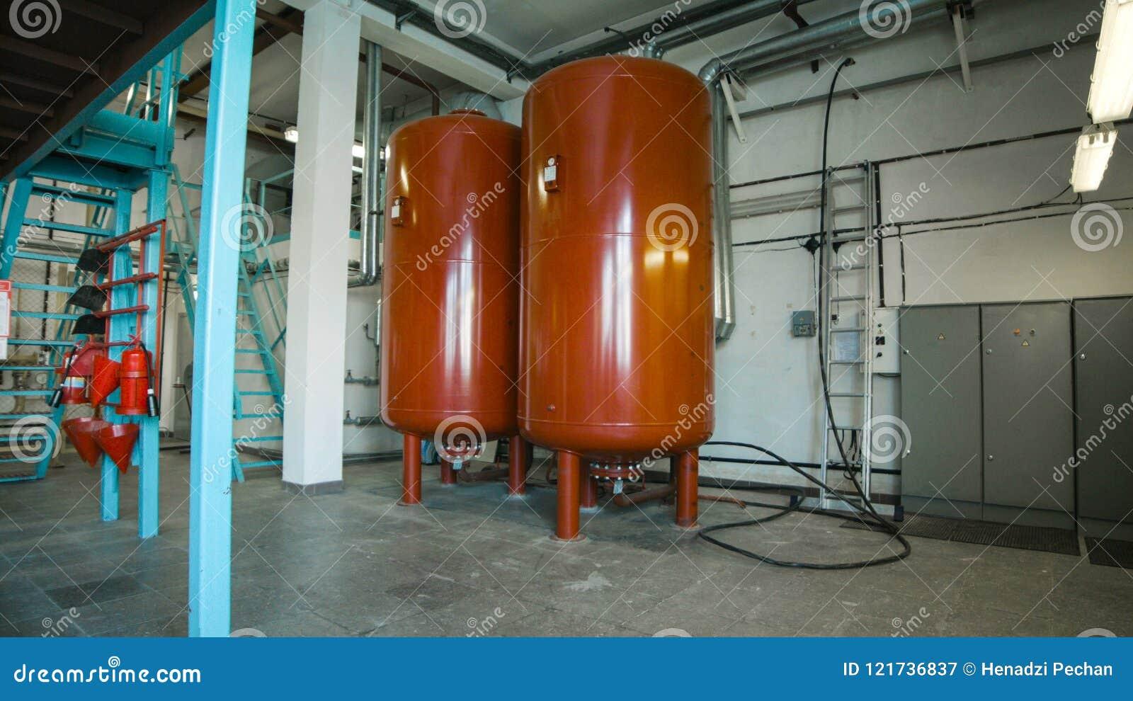 Sala de caldeira e tanque de dois vermelhos