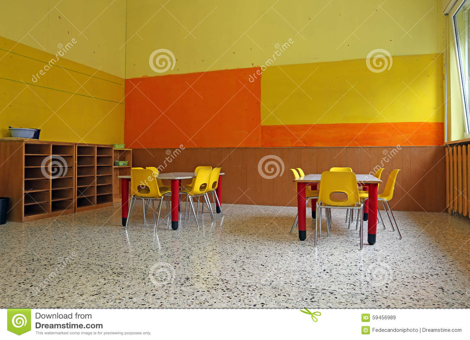 Sala De Clase De La Guardería Con Los Escritorios Y Las Sillas ...