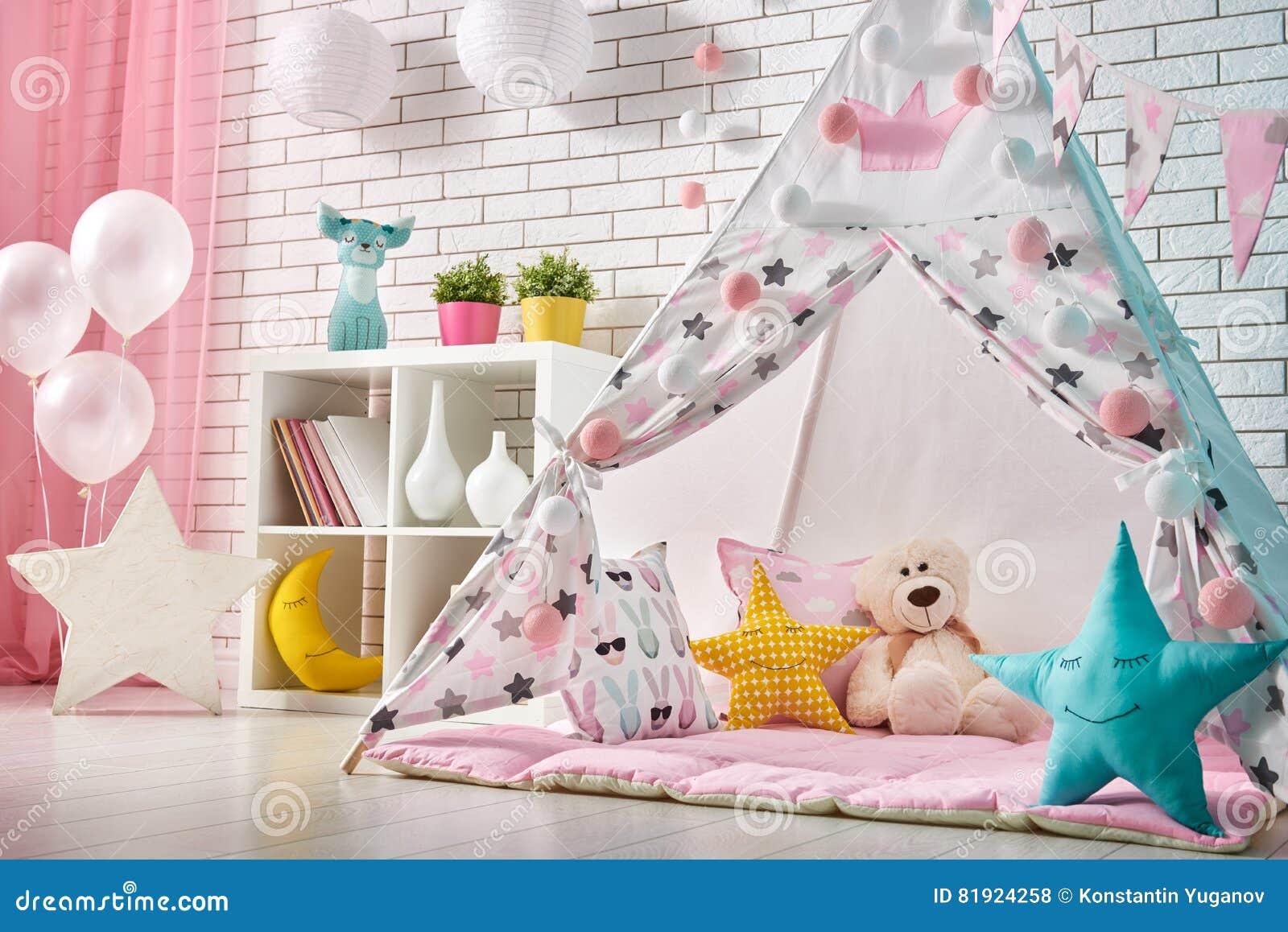 Sala de crianças com barraca do jogo