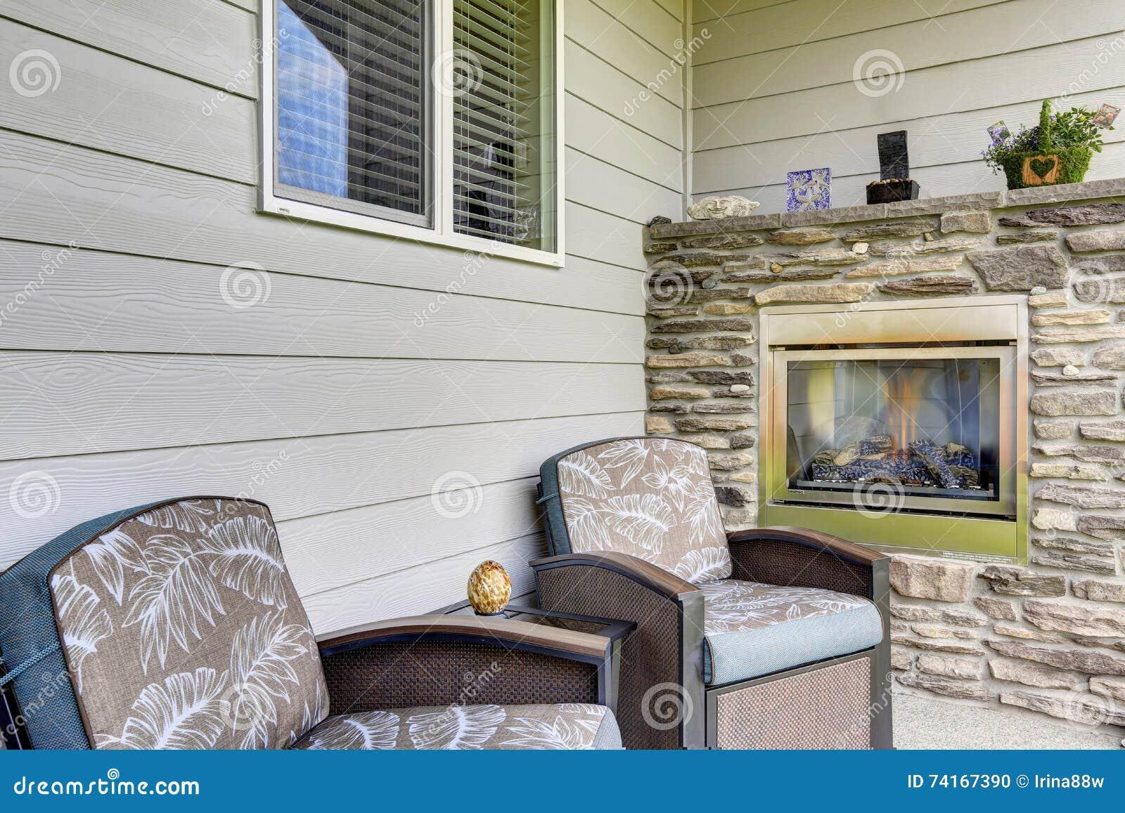 sala de estar acogedora con dos butacas y chimeneas cmodas con la decoracin de piedra natural