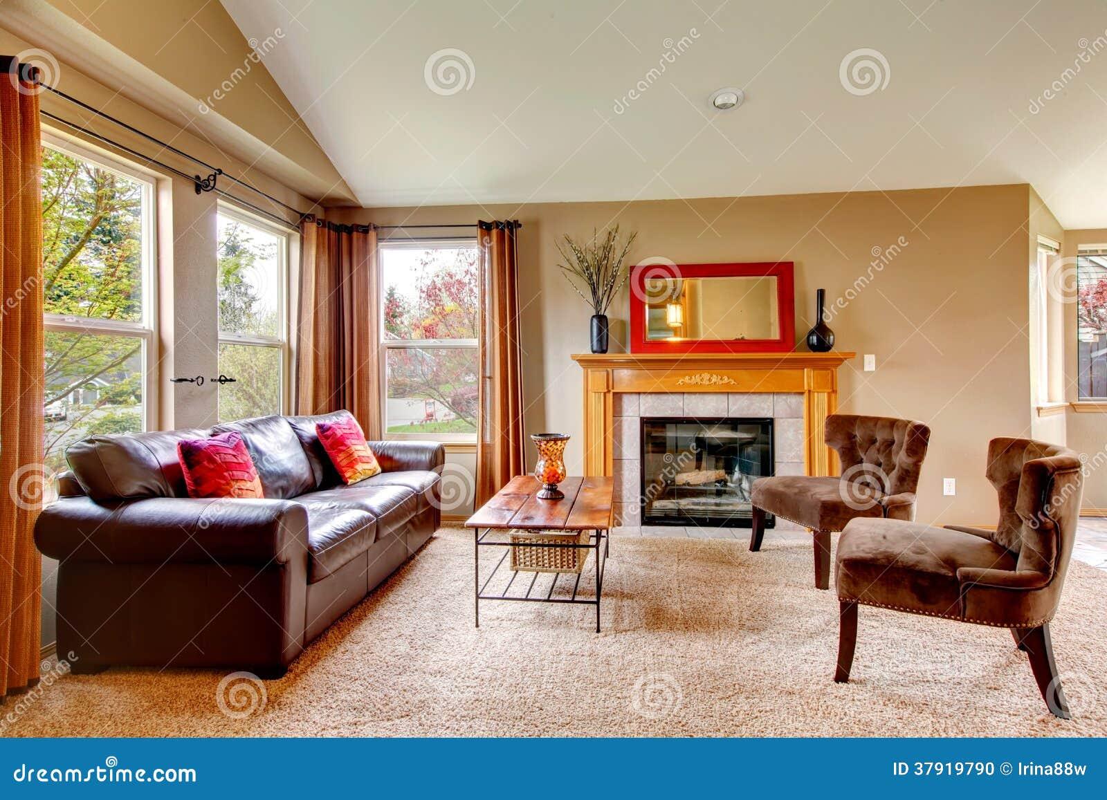 sala de estar acogedora con la chimenea foto de archivo